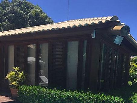 Casa com Três Quartos em Condomínio de Alto Nível e Acesso Direto à Praia de Espera