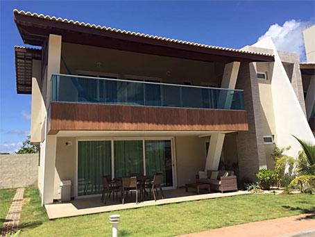 Casa Duplex Totalmente Mobiliada com Quatro Quartos em Condomínio de Frente Para o Mar