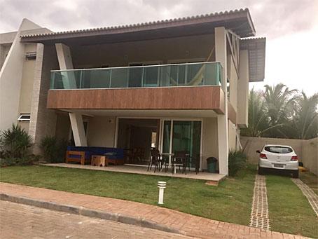 Casa Duplex Mobiliada com Quatro Quartos em Condomínio de Frente Para o Mar