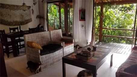 Casa Rústica com Três Quartos e Apartamento Separado Próxima à Lagoa